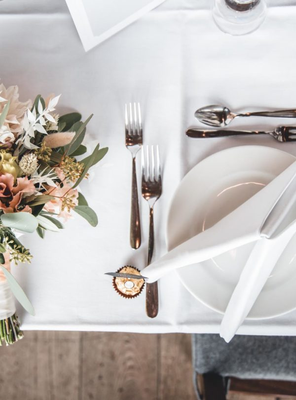 Nahaufnahme Hochzeittisch und Kranz